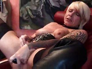 Córnea madura jugando con juguetes sexuales