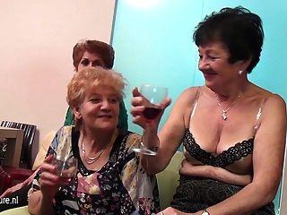 Las lesbianas viejas y jóvenes se presentan en una habitación llena de maduras