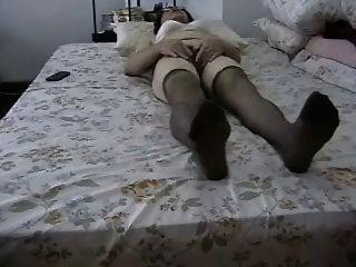 ¡La abuelita aficionada masturbates su coño peludo!