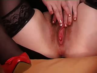 Mujer peluda muestra su coño