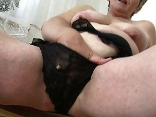Sexy vieja abuela jugando con su coño viejo