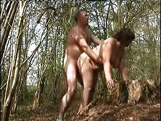 Mi esposa follada en el bosque por un extraño