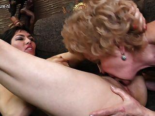 Cuatro córneas viejas y jóvenes lesbianas fuck salvaje
