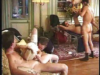 La mujer embarazada es gangbanged con la acción anal