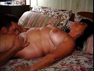 Abuela madura regordeta follada con un bonito acabado a mano
