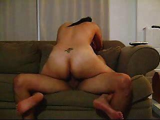 Caliente latina amateur morena dando un buen paseo en el sofá