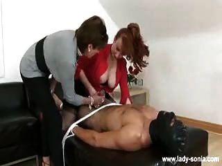 2 doms wank apagado esclavo y sentarse en su cara