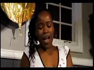 Dos chicas se masturban y eyaculan en la boca del chico