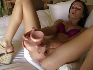 Hailey linda mujer juguetes grandes muestra su cuello uterino