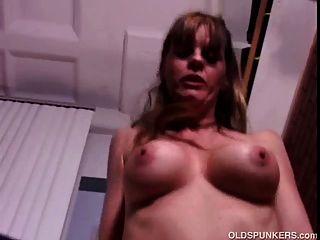Sexy madura disfruta de una mierda y un facial