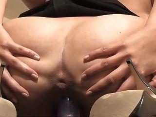 Hot girl perky tits muestra su coño abierto de ancho
