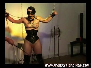 Pesado esclavo perforado con pesas en su coño perforado