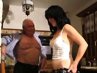 Viejo hombre y niña