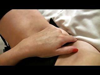 Milf maduro de pecho pequeño en medias de medias negras