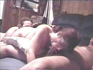 Abuelita madura perforada con muchas piercings rizados en crema 2