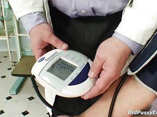 Zita mujer madura gyno espéculo examen en la clínica