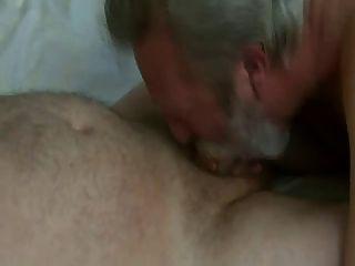 El papá de la barba golpea y come el cum