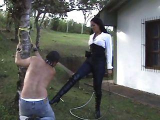 Amante latina castiga a su esclava