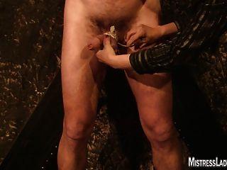 Lady jenny torturas esclavo atado a la pared