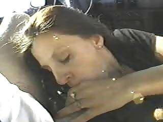 Esta esposa folla a dos desconocidos en el coche
