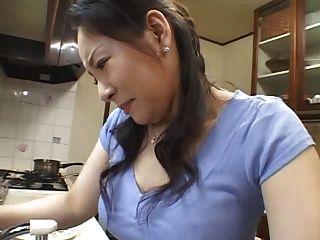 Madre en cocina