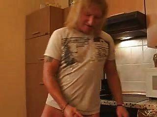 Amateur maduro en la cocina