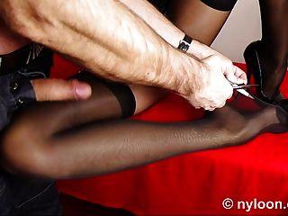 Medias de nylon dentro del coño y corrida en la pierna