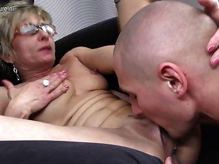 Vieja madre madura obtiene follada por su toyboy