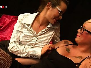 Mandy cinn y amica bentley en caliente british lesbian fisting
