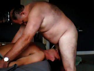 El papá gordo folla al chico joven