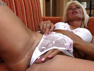 La abuela sexy ama jugar con se