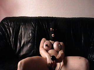 Me masturbando con las tetas abrazadas y el enchufe