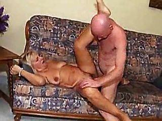 Abuelita jodida por el hombre calvo