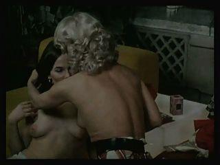 Niñas en todas las direcciones escena 2 escena lesbiana