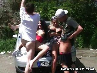 2 hot slut amateur en una acción de sexo en grupo al aire libre