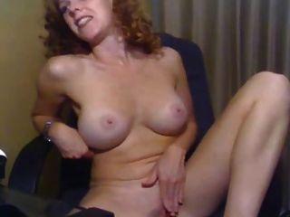 Chica con tetas bonitas masturbándose