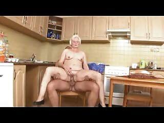 Vieja mujer de limpieza alemana