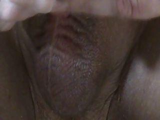Cerca en el trabajo lento de la mano.El esperma fluye del pene sin cortar