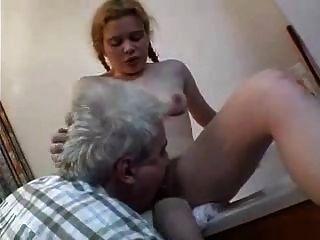 Ancianos y niña peludos