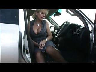 Busty en medias en el coche