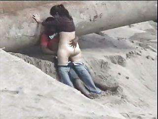 Pareja de latinos atrapados en la playa