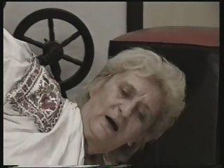 Abuelita jodida en el suelo