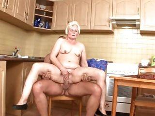 Mamá sirve coño en la cocina
