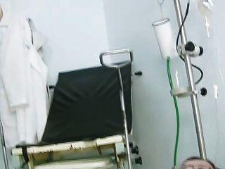 Jane coño boquiabierto en gyno silla en la clínica durante el espéculo