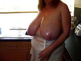Sexy bbw madura jugar con sus tetas grandes en la cocina