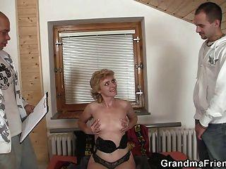 Solitaria abuelita le da coño