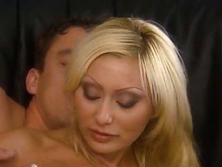 Mamá rubia italiana follada muy bien en el culo