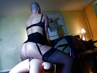 Esclavo calvo tiene sexo rizado con sexdolls