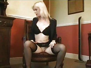 Rubia masturba su coño