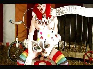 El payaso de shemale toma el consolador enorme en el circo